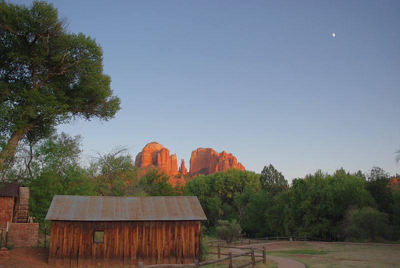 Picnic area at Crescent Moon Ranch. In the background rises Cathedral Rock.